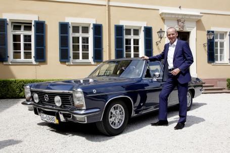 Blaue Eminenz: 5,4 Liter Hubraum und 230 PS – Opel-Chef Karl-Thomas Neumann fühlt dem Diplomat V8 auf den Zahn.