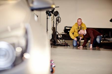 Vier-Augen-Prinzip: Gerhard Gräf (rechts) tastet sich mit Axel Wierdemann an die knackigste Heckansicht des Supersportlers heran.