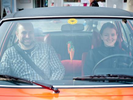 Aufbruch: Denise Hofmann und Arbeitskollege Sven Rycerz brechen zu einer Spritztour mit dem Commodore auf. Die beiden absolvieren bei Opel gemeinsam eine Weiterbildung zum Techniker, Fachrichtung Maschinenbau.