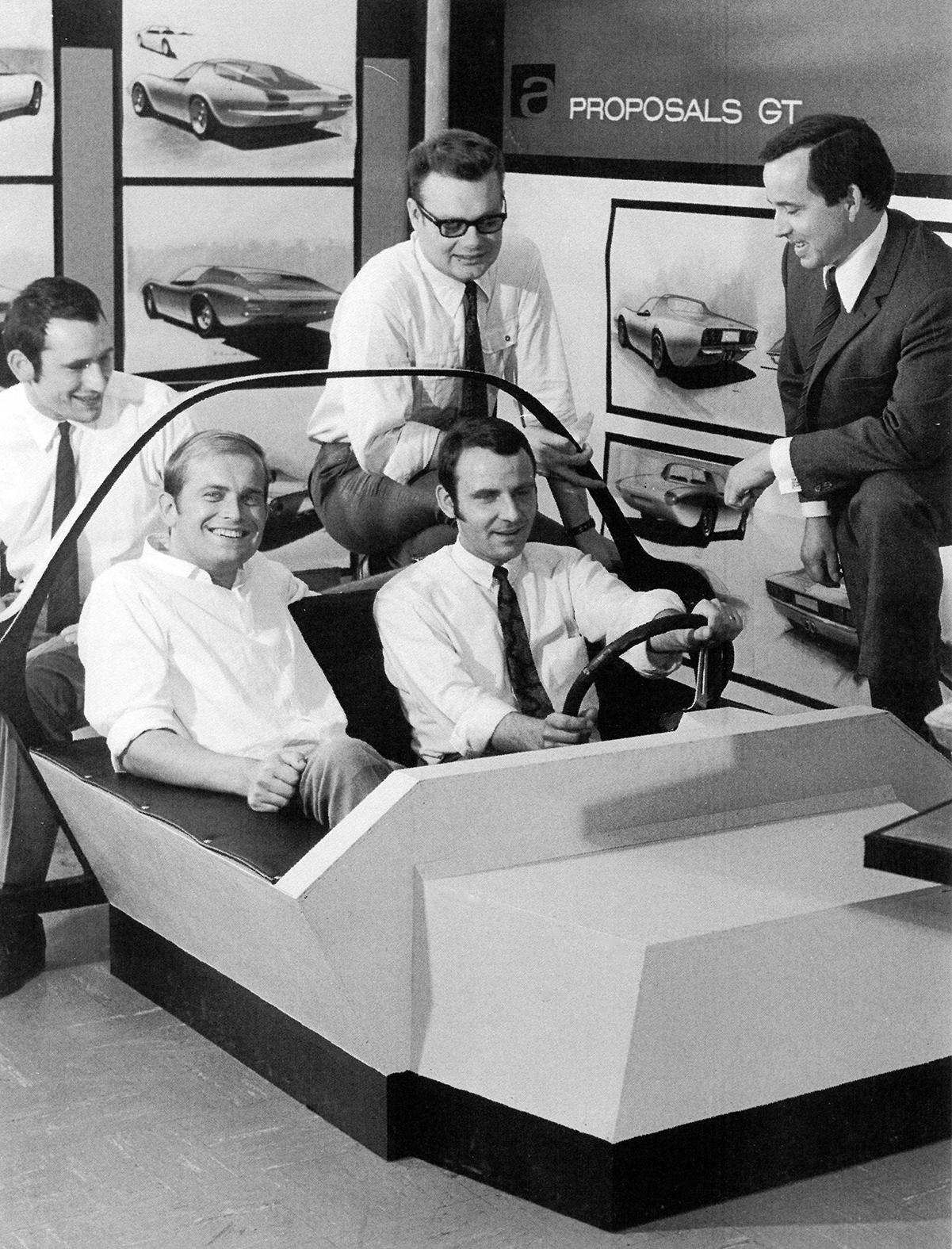 Das Interieur des künftigen Opel GT wird vom Designteam unter der Führung von Erhard Schnell (rechts) im brandneuen Studio für Zukunftsdesign (Advanced Design) getestet.