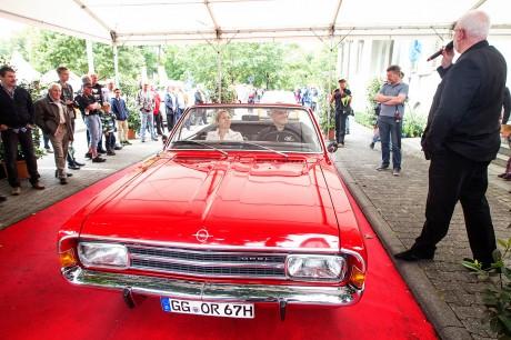 Roter Teppich für rares rotes Cabrio: Harald Hamprecht steuert einen Kadett 1700, Baujahr 1967.