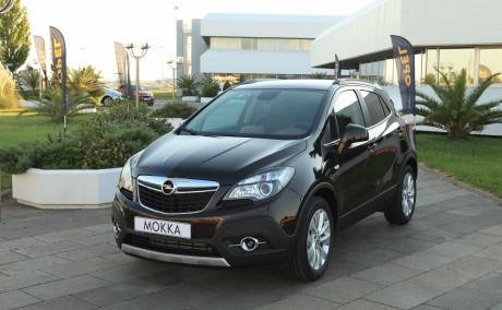 """Seit seinem Verkaufsstart ist der Mokka ein echtes Erfolgsmodell und eine wichtige Stütze des Aufwärtstrends bei Opel. Der subkompakte SUV überzeugte nicht nur die Fachleute: Auch die Kunden waren auf Anhieb begeistert. Sowohl 2013 als auch 2014 wurde der Mokka von den Lesern der Branchenzeitung Auto Bild zum """"Allradauto des Jahres"""" in der Kategorie """"Geländewagen und SUV unter 25.000 Euro"""" gewählt."""