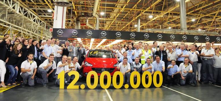 foto de familia, empleados de Opel España posan junto a la unidad 12 Millones