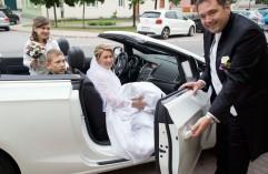 Hochzeitskutsche---aussteigende-Braut_web