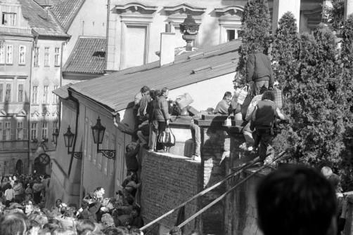 DDR-B¸rger an der deutschen Botschaft in Prag