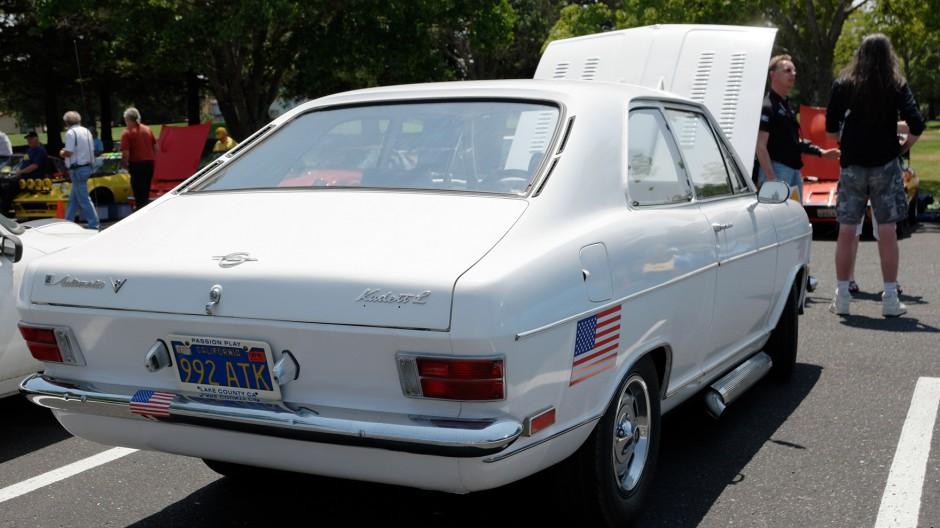 Weißer Riese: Dieser Kadett B kommt mit einem Chevy V8-Motor daher.