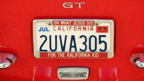 """Songzitat auf dem Autokennzeichen: Hier wird der Song """"Jesus & the California Kid"""" von Audio Adrenaline verarbeitet."""