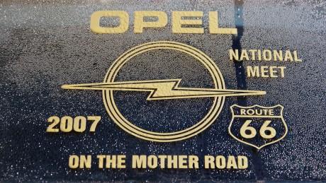 Seit Jahren dabei, Teil zwei: Diese Aufnahme stammt von der Heckscheibe eines Opel, der schon 2007 an einem der Treffen teilnahm und nun erneut in Sonoma der Marke mit dem Blitz huldigt.