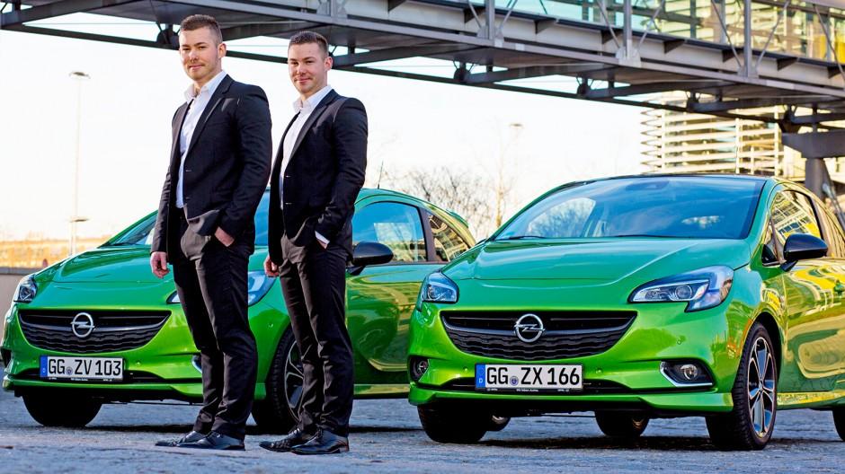 Portrait der beiden Zwillingsbrüder Lars und Lukas Rippberger die beide bei Opel in der Marketingabteilung arbeiten, zusammen wohnen, und identische Autos fahren