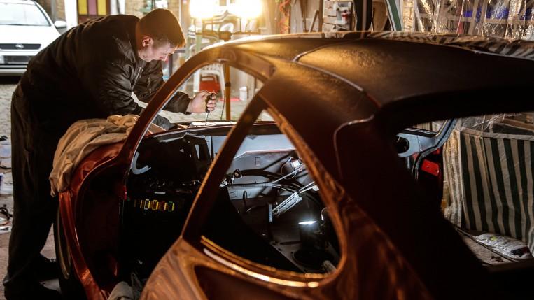 Portrait des Opel Mitarbeiters Klaus Stützel, der seinen Opel GT von Grund auf restauriert