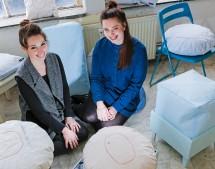 Portrait der beiden Industriedesignerinnen Anne Sophie Schwarz und Christine Herold in ihrem Studio KNUY, die aus alten Airbagstoffen Kissen und andere Wohnaccesoires produzieren