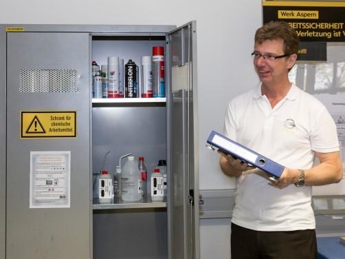 Ein Chemie-Schrank ist eine feine Sache (Peter Czetina).