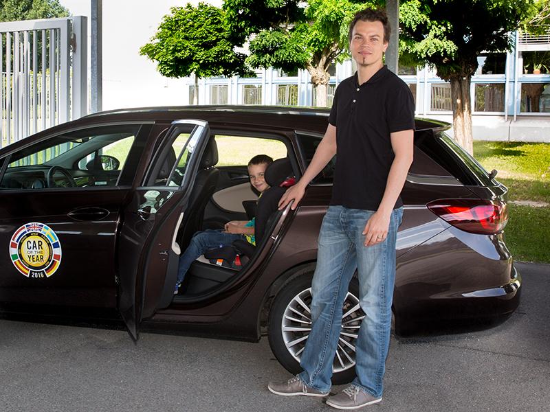 Mario Andres braucht Platz für seine Kinder – im Bild mit Philipp Grameld, dem Sohn von Bernhard Grameld