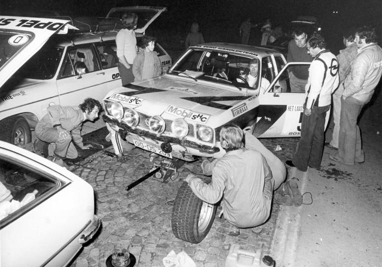 70942_Rallye Saison 1974 Bei der Rallye d`Ypres macht die Vorderachse Probleme. Einer der wenigen Defekte, die sich der Ascona A in diesem Jahr leistet 2