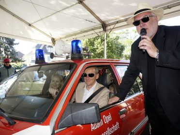 Herzlicher Empfang: Moderator Detlef Krehl begrüßt Opel-Chef Dr. Karl-Thomas Neumann im Opel Rekord E Feuerwehr-Kommandowagen