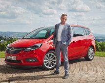 Schauspieler, Freizeit-Boxer und Opel-Anhänger: Tim Wilde  posierte erst mit dem neuen Zafira auf der Burg Schwarzenstein. Später lud Wilde die Opel Post zu einer Testfahrt in dem Kompaktvan ein.