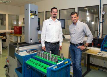 Michael Lackner (l.) und Christian Glasner im Einstellraum vor Mess-Werkzeugen, Bohrern und Reibahlen.
