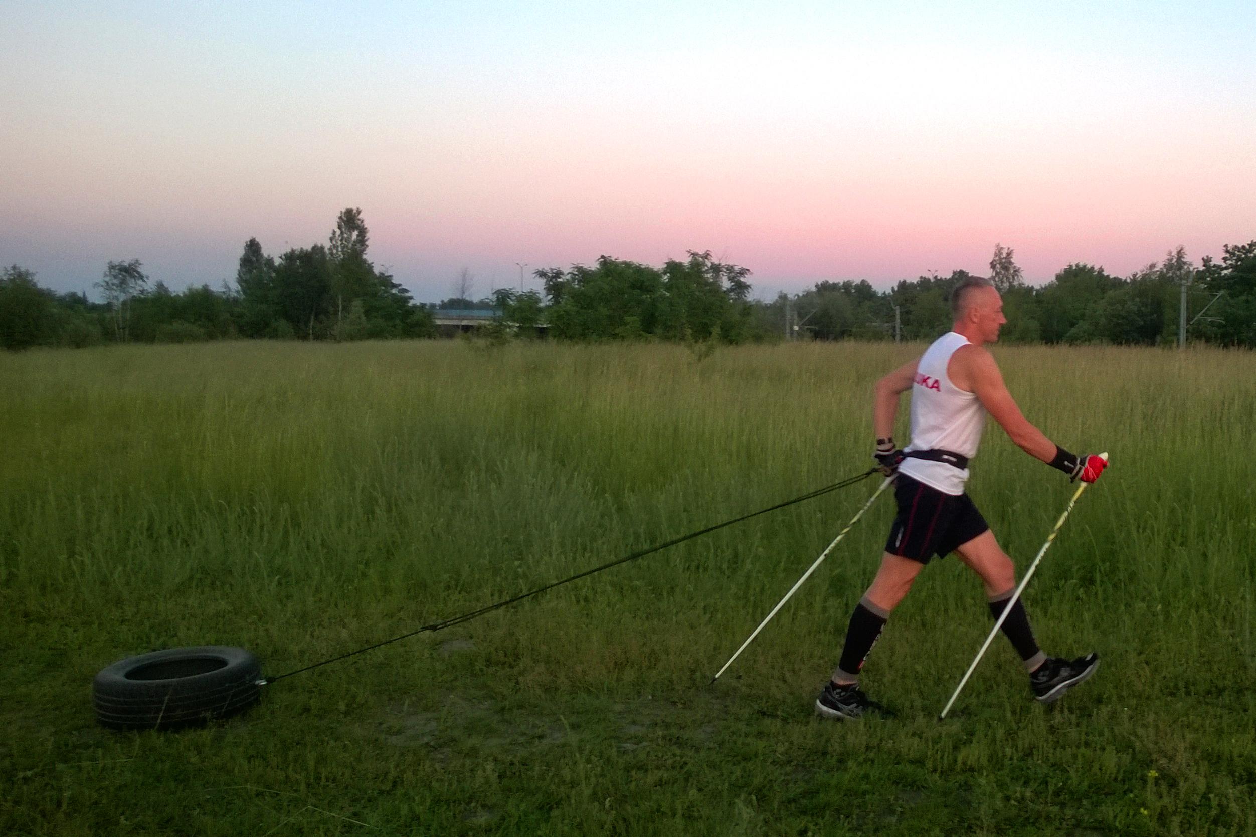 Maraton górski jest o wiele trudniejszy wytrzymałościowo od zwykłego maratonu. Dlatego do zawodów w górach Piotrek trenuje z dodatkowym obciążeniem – zaprzyjaźnioną oponą.