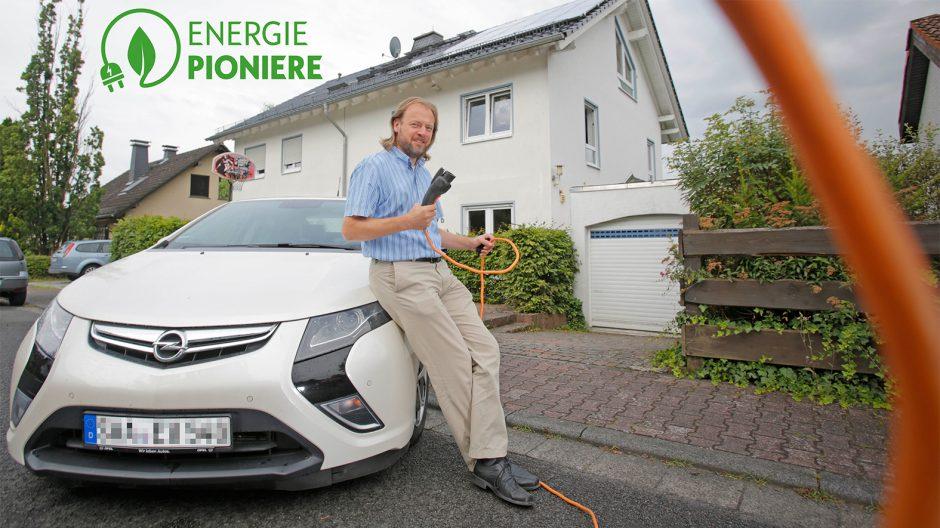 Oberjosbach, 02.08.2016, Carsten Meuer lädt seinen Opel Ampera mit Strom aus seiner Photovoltaik-Anlage die auf dem Dach seines Hauses angebracht ist,  Foto: Alexander Heimann Vollformat-Fotografie Dziemballa Heimann UG, Schäfergasse 5,  65428 R`heim, Fon 0177-5626350, Bankverbindung Kreissparkasse Gross Gerau BLZ. 50852553 , KTO. 16003352. Alle Honorare zzgl. 7% MwSt.  Steuer NR: 02137830174