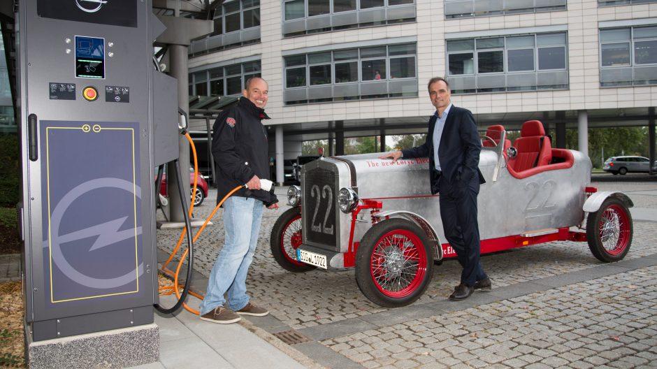 Einmal aufladen, bitte: Charly Bosch und Dr. Ralf Hannappel (Director European Electrification) an einer Ladestation vor dem Adam Opel Haus.