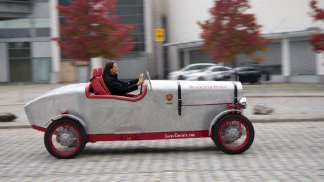 Purer Fahrspaß: Juliane Bremerich (Commercial Analyst Component Sales) lenkt den Loryc um das Adam Opel Haus.
