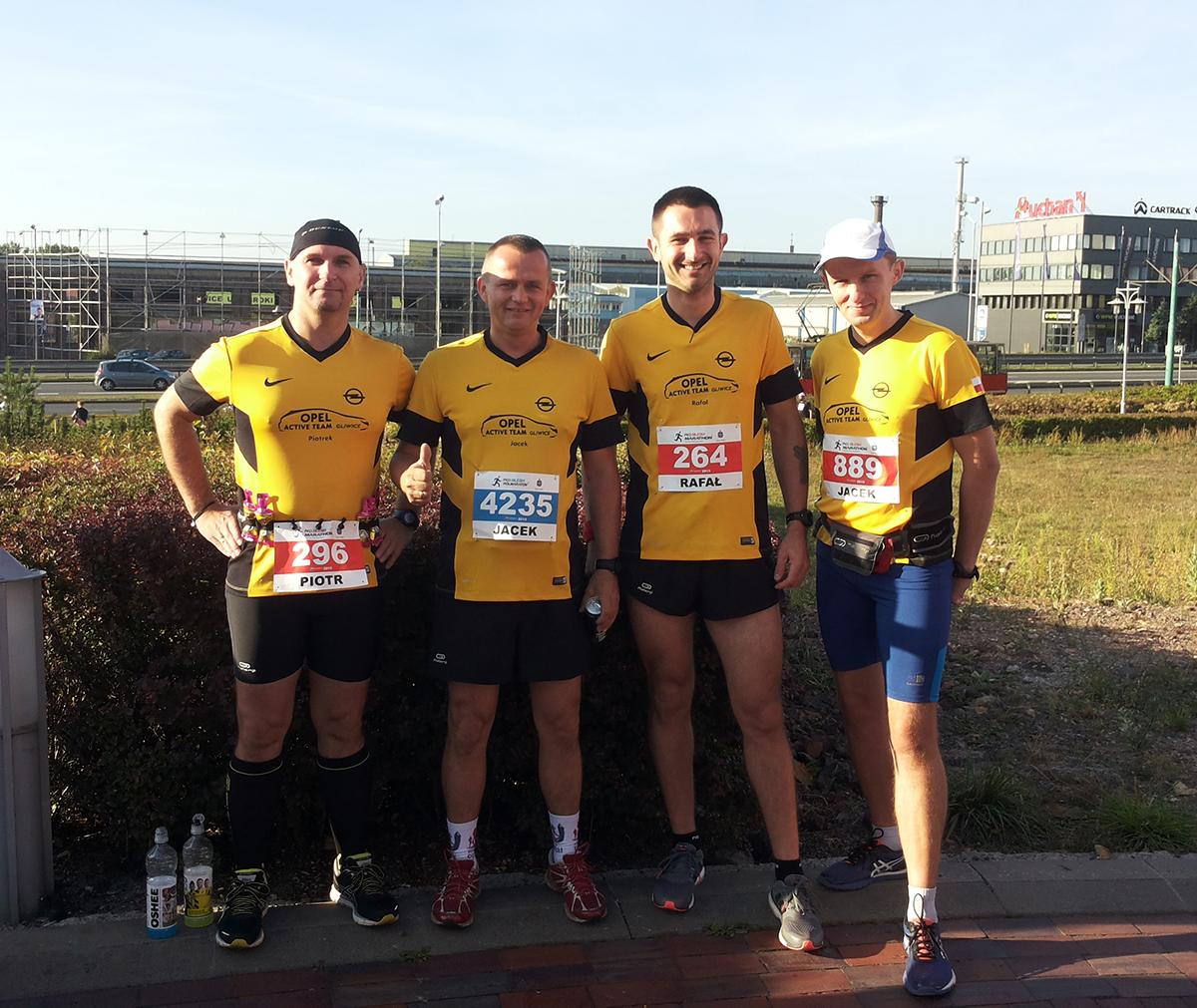 Tu Rafał tuż przed debiutem w maratonie Silesia z kolegami z OAT
