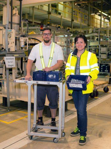 Peter Brzobohaty (l.) und Katrin Grandl präsentieren das neu konstruierte Wagerl, mit dem das Anstellen schwerer KLT erleichtert wird.