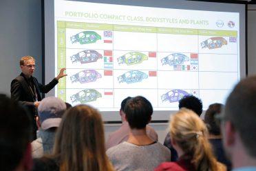 Studenten der Hochschule für angewandte Wissenschaft in Hamburg besuchen Opel auf dem Prüffeld in Dudenhofen