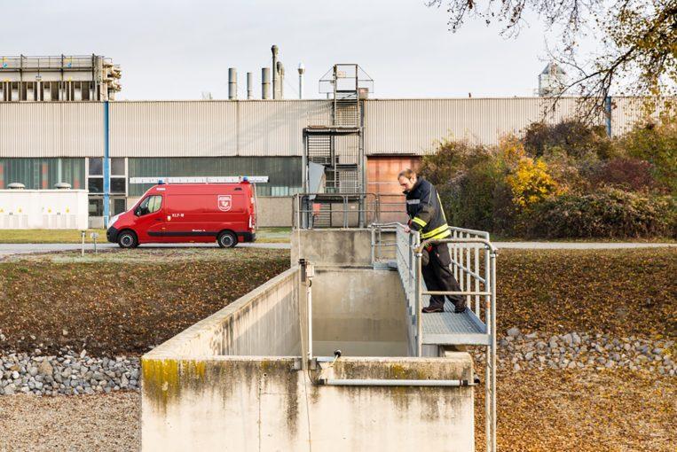 Das Wasser im Auffangbeckien wird regelmäßig auf Verunreinigungen kontrolliert (Thomas Gössinger/Betriebsfeuerwehr).