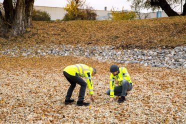 Die beiden Umweltmanager kontrollieren den Sickerteich auf seine Beschaffenheit (Sepp Fangl (l.), Gregor Trunk (r.)).