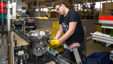 Manuel Schiller beim Montieren der Seilzug-Schaltung