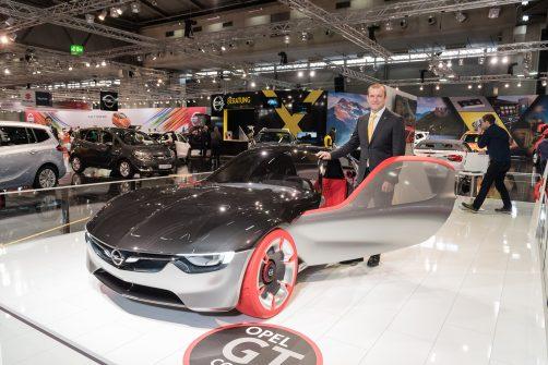 Geschäftsführer General Motors Austria GmbH Alexander Struckl mit dem Opel GT Concept Car