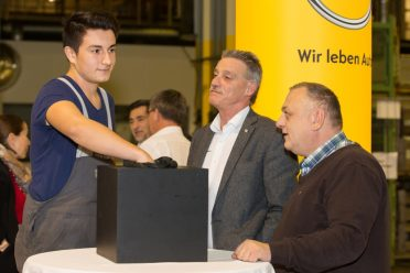 """Lehrling Andreas Krippel fungierte bei der I&V-Verlosung als """"Glücksengerl"""" – die Betriebsräte Franz Fallmann (Mitte) und Edmund Hafner (r.) beobachteten die Ziehung genau"""