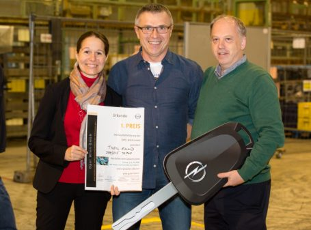 Generaldirektor Paul Staes (r.) und Personaldirektorin Barbara Schlosser gratulierten Ewald Theil