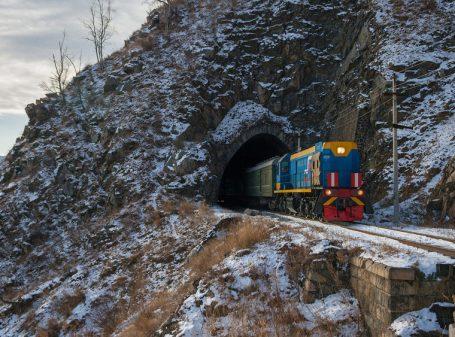 Przejazd w sąsiedztwie Bajkału to jedna z atrakcji tej trasy (fot. Shutterstock)