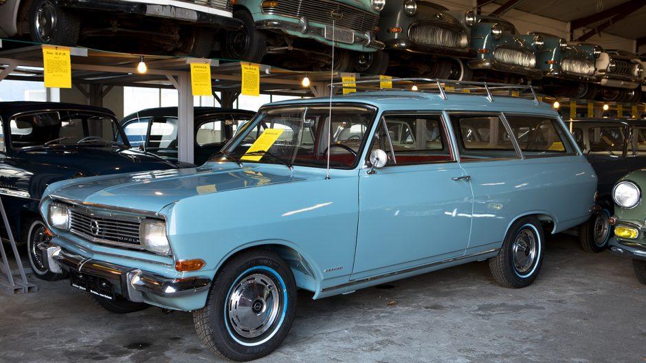 """Das Zwischenmodell, das lediglich elf Monate lang vom Band lief und eine kurze Brücke von A zu C darstellte: Von Juli 1965 bis Juni 1966 produzierte Opel den Rekord B, die """"Caravan""""-Version fuhr  sehr amerikanisch als zweitüriger Kombi vor."""