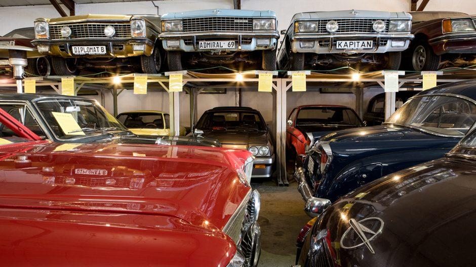 Martin Degener besitzt so viele Autos, dass sie teilweise sogar übereinander auf selbstgebauten Regalen stehen, und so betrachten die Grands Seigneurs der Oberklasse das Hallenszenario von einem Logenplatz aus: der Diplomat B, der Admiral und der Kapitän.