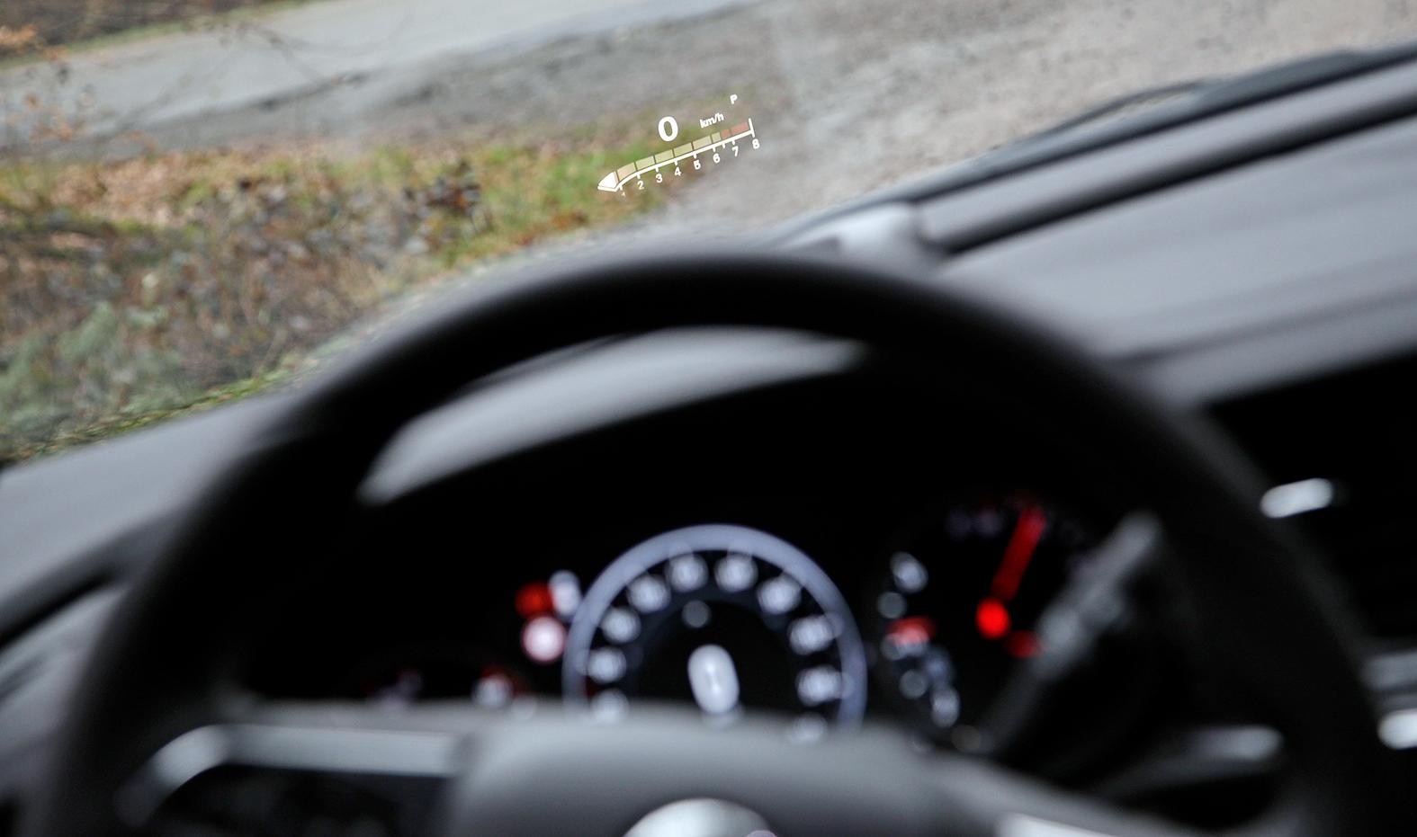 Frühlingsfest bei Opel, wo sich die Besucher für den neuen Insignia interssieren und gleich eine Probefahrt machen, oder auch das neue Ladegrät des Ampera E begutachten