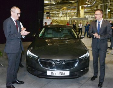 Az új Insignia magyarországi premiere: az Opel elnöke személyesen invitálta Szijjártó Pétert az autóhoz