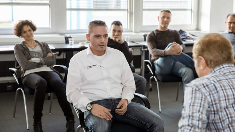 Beim Zweiergespräch von Christian Hoffmann (l.) und Erich Klein hören die anderen Teilnehmer genau zu.