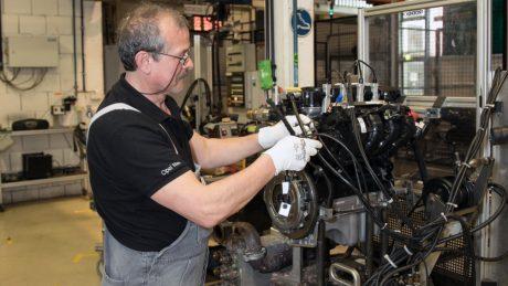 Bevor der Motor in den Prüfstand kommt, muss er mit zahlreichen Anschlüssen verbunden werden (Peter Türk).