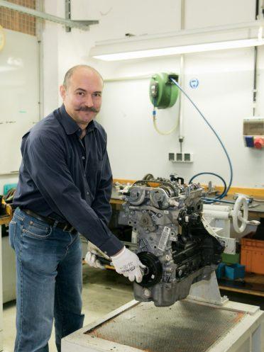 Beim Zerlegen des Motors (Fritz Zohar)