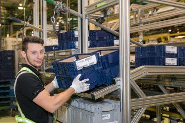 Sebastian Dürrwald beim Rollbahn-Befüllen: Schaltgabeln für die M3x-Montage