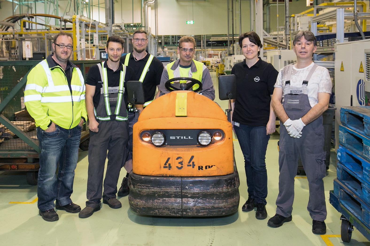 Das Material wird mit E-Wagen (im Bild) oder Staplern befördert (v.l.n.r.: Michael Leitgeb, Sebastian Dürrwald, Peter Brzobohaty, Johann Trenz, Katrin Grandl, Günter Janka)