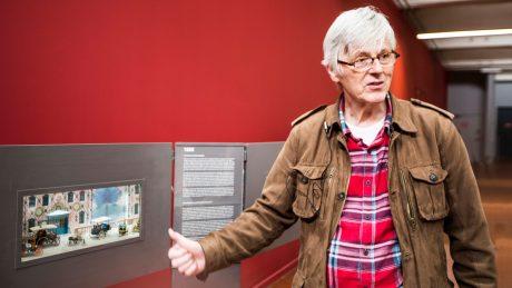 """Robert Kohler vor seiner Miniatur-Ausstellung """"Ma petite histoire de l'automobile"""", die noch bis Ende August 2017 in der """"Collection Schlumpf"""" zu sehen ist."""