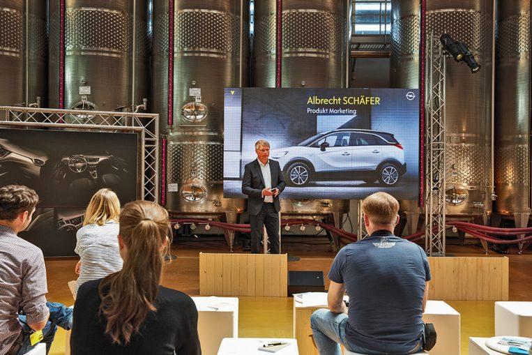 """Im Weingut """"47 Anno Domini"""" erhalten die Medienvertreter Informationen rund um den Crossland X. Albrecht Schäfer, Leiter Produktmarketing, beleuchtet die Positionierung des Crossover-Modells."""