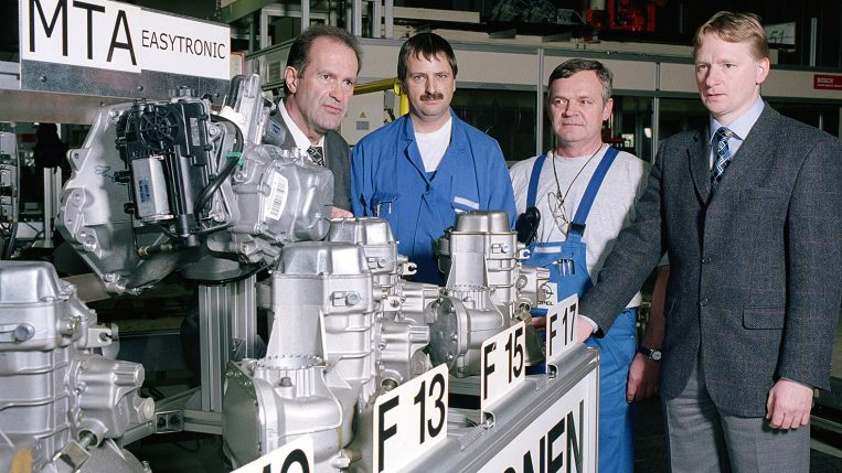 11. Februar 2003: 13 Millionen Getriebe (v.l.n.r.: Generaldirektor Werner Hackl, Walter Klim, Franz Stadler, Getriebebau-Fertigungsleiter Karl Amon)