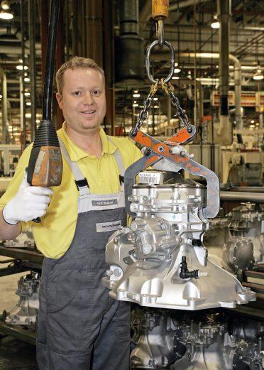 12. Oktober 2005: 15 Millionen Getriebe - F 17-Getriebebau-Mitarbeiter Horst Bruckner mit dem Jubiläumsgetriebe