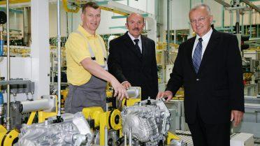15. Juni 2007: eine Million Sechsgang-Getriebe (v.l.n.r.: Peter Steininger, Getriebebau-Fertigungsleiter Herbert Neumeister, Generaldirektor Rudolf Hamp)