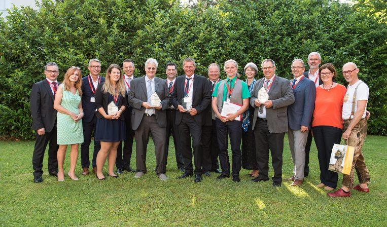 """Bei der ÖPWZ-Tagung """"Ideenmanagement & Innovation"""" in Salzburg: Gruppenfoto aller Preisträger (Finanzdirektor Manfred Oberhauser (6.v.l.), Karl Dunst (7.v.l.))"""